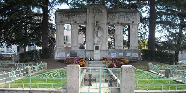 Le Monument aux Morts de la place du Champ de Mars