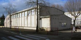 La rue, l'école et le gymnase Pouchelon