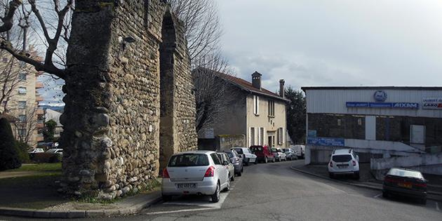 La rue des Remparts Saint-Nicolas